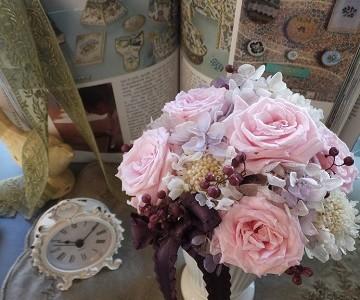 ピンクの薔薇とスカビオサのプリザーブドフラワー