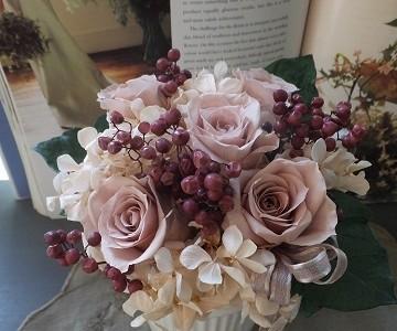 ベージュ色の薔薇とベリーのプリザーブドフラワー